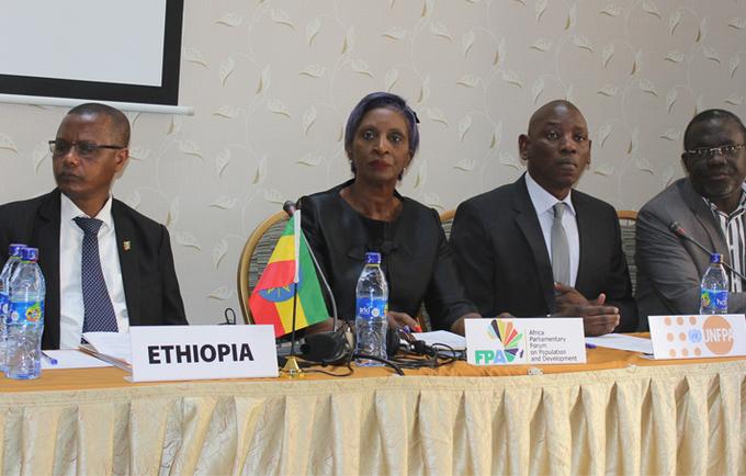 Présidum de l'ouverture du forum: de gauche à droite le Représentant du Parlement Ethiopien, la Présidente du Forum des parlementaires, de Directeur régional de UNFPA et le Directeur régional de IPPF.