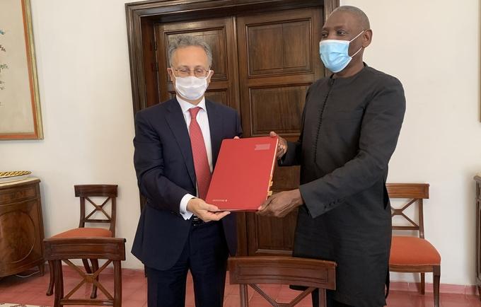 Les deux parties ont été représentées par Son Excellence Monsieur Giovanni Umberto De Vito, Ambassadeur de la République d'Italie au Sénégal, et Monsieur Mabingué Ngom, Directeur régional du Fonds des Nations Unies pour la Population en Afrique de l'Ouest et Centrale (UNFPA).