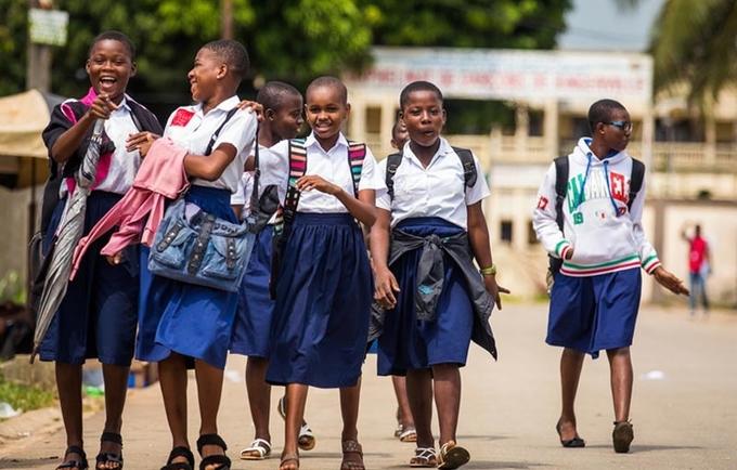 Entre octobre et décembre 2017, le photographe Vincent Tremeau est parti à la rencontre d'adolescent(e)s et de jeunes âgés de 13 à 24 ans au Sénégal, en Côte d'Ivoire, au Mali et en Guinée. Ils nous livrent leur quotidien, rythmé par les défis auxquels ils sont chacun confrontés, le regard toujours tourné vers l'avenir.