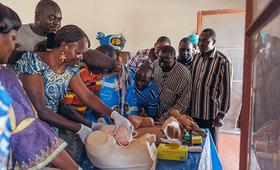 A Kelo, au Tchad, le Dr Youssouf Savadogo enseigne à une classe d'infirmières et de sages-femmes comment identifier et traiter des questions liées aux complications en phase de travail d'accouchement. © UNFPA / Ollivier Girard